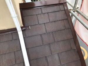 下塗りを終えた茶色い屋根