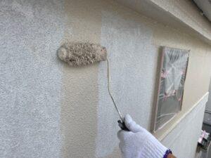 ベージュの塗料を外壁に塗装