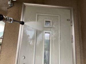 高圧洗浄機で洗浄される玄関のドア