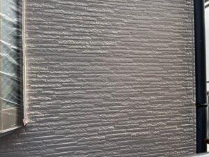 灰色に塗装し終えた外壁