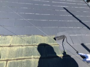 下塗りを終えた屋根に中塗りをしている