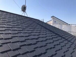 職人による塗装が終わり、生まれ変わった屋根