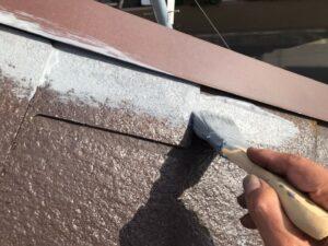 グレーのペンキで屋根を縁取り