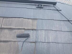 屋根にグレーのペンキをローラーで塗装