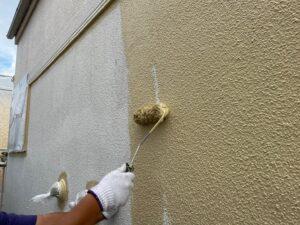 ベージュのペンキをローラーで塗装