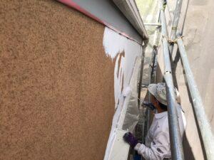 茶色から白に塗り替えられる外壁