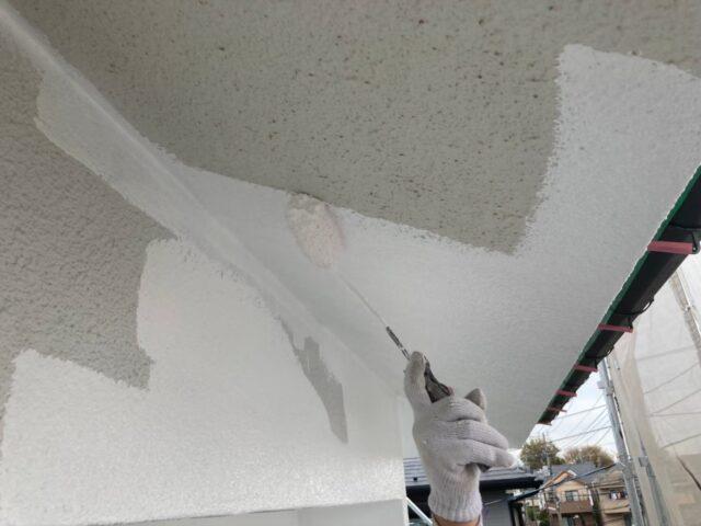 ローラーで白く塗られる軒天