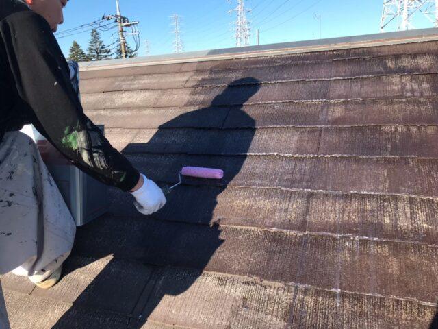 ローラーで下塗りされる劣化した屋根
