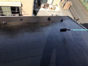 ピカピカの黒い施工後の屋根