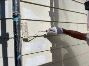 壁をクリーム色のペンキで塗装