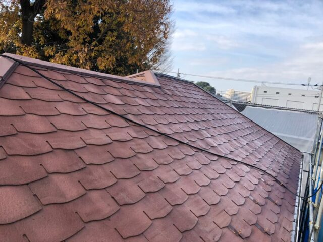 高圧洗浄機による洗浄が終わったピンクベージュの屋根