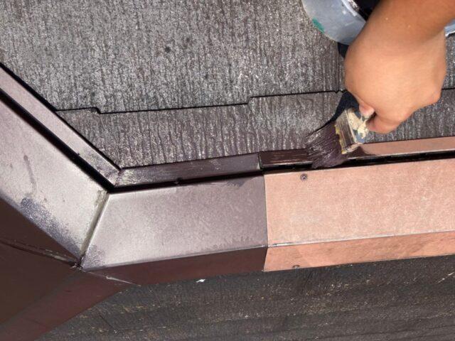 茶色へと塗装される屋根のケラバ
