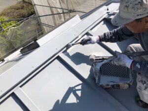 ハケでグレーに塗られる屋根