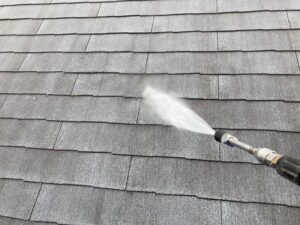 高圧洗浄機で洗浄される灰色の屋根