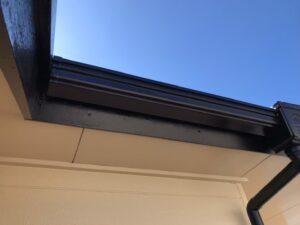 黒く塗られ、生まれ変わった屋根の縁