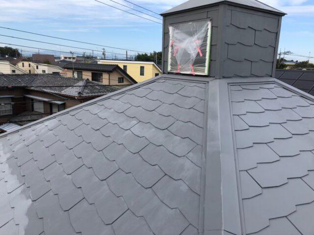 職人によって下塗りされた後の屋根