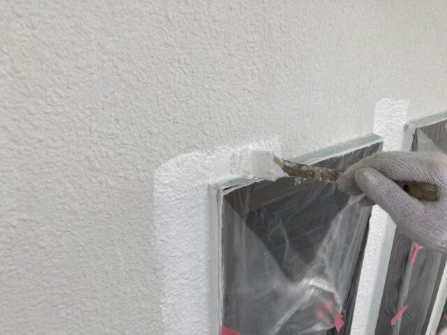 ハケで縁を白く塗られる窓