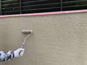 ベージュ色のペンキをローラーで塗装