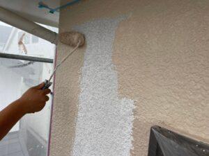 白い壁にベージュのペンキで塗装している