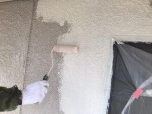 ローラーで白く塗られている外壁