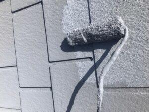 屋根をグレー色のペンキで塗装