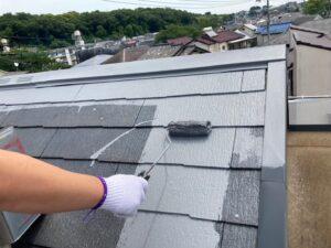 ローラーで灰色に塗装される屋根