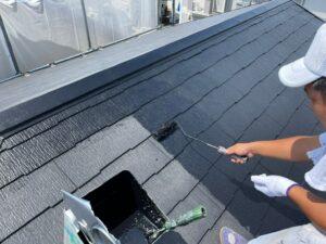 屋根の下塗りをする職人