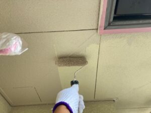 天井をローラーで塗装