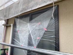 塗料が付着しないよう、養生される窓
