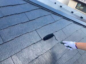 屋根を黒くローラーで上塗り塗装