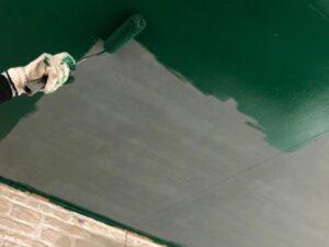 天井に緑のペンキをローラーで塗装