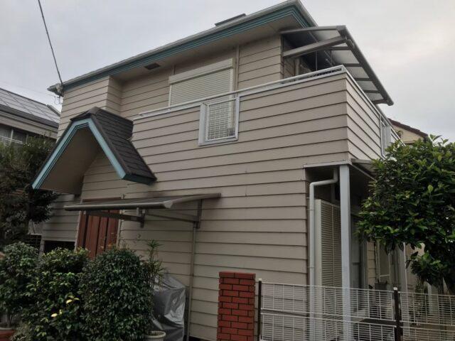 外壁塗装をする前のクリーム色の外壁にクリーム色の屋根の家